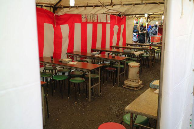 イートインスペースが用意されているお店も数多くあり、露店というより呑み屋のようにしているところも多かった。これらのスペースは夜になるとかなり混雑していた。