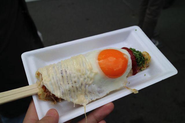 『はしまき』は割り箸にお好み焼きを巻いているような感じの食べ物だ