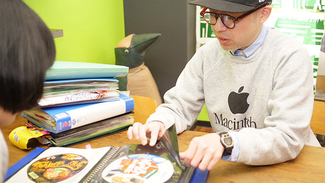 コレクターの永井ミキジさん。最近はC級スニーカー集めでも有名。本業はデザイナー