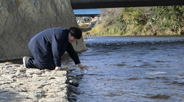 誰かに読まれることを願って川へ流す。