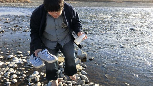 水の冷たさと石たちがつぼを刺激してくるので、メッセージを読むよりも早く靴を履きたい。