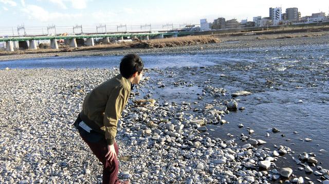 「江ノ島さんの姿を見たあとに、川に入りたくない気持ちが強くなりました」と言いながら川を見ていた。
