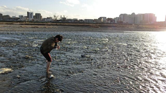 川の冷たさと石の痛さに悶絶して動けない。