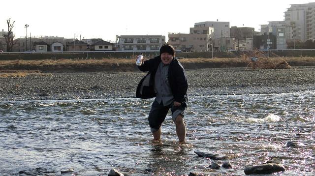 エリマキトカゲが水の上を走るぐらいのスピードで川を走りラブレターを受け取った。