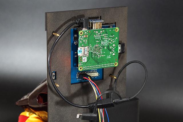 心臓部には「ラズベリーパイ」という小型のコンピュータを使っていて、