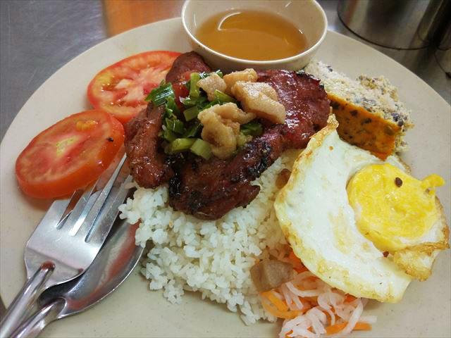「SUON BI CHA OP LA」は南部の庶民的料理。タレに漬け込み炙った豚肉と、細く刻んだ豚皮を炒めたもの、そこに目玉焼きをのせる。写真にBI CHAは写ってないけど。