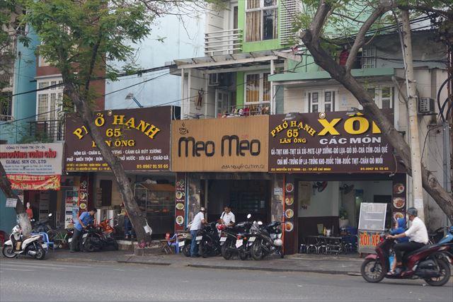 あの両脇の茶色いお店はフォーとおこわのお店。店名に「65」と含むけど…。