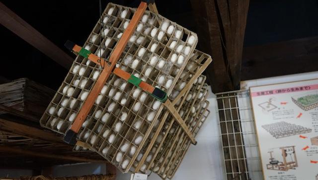 蚕に繭を作らせる枠「まぶし」蚕の性質を利用して効率よく繭を作ってもらう仕組みになっている。