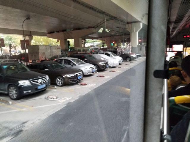 高速道路下のスペースを活用した駐車場と高級外車も気になる。