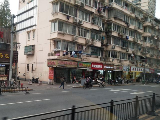 上海名物の空に突き出す物干し竿がでてきた。生活臭があっていい。