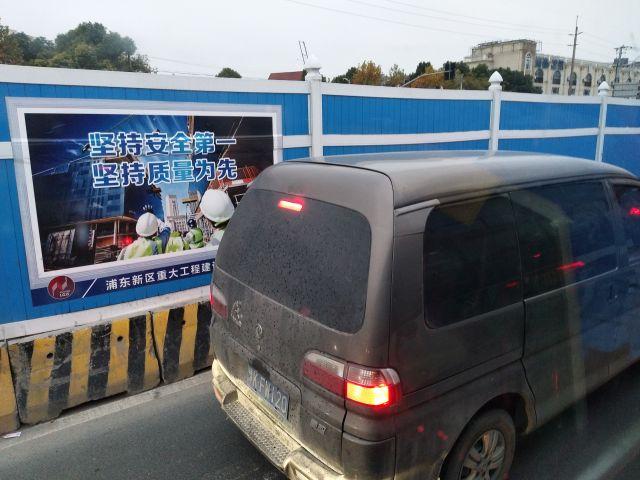 ときどき地下鉄工事現場も出てくる。中国の町は広がる。