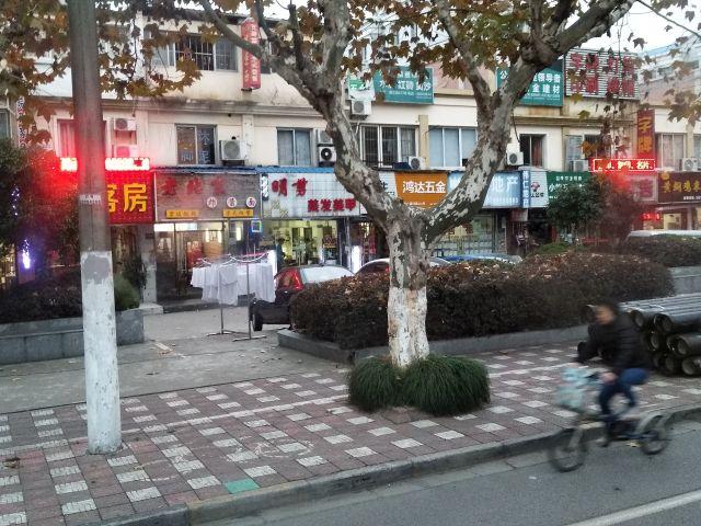 個人商店や路上で干されるタオルなど、中国のどこにでもある光景がここでも。