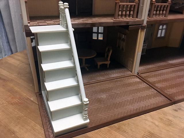 二階建てで階段もある