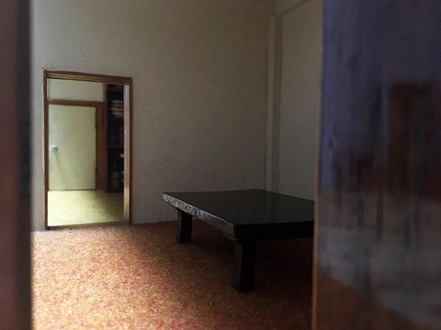 応接室っぽい部屋の座卓とかじゅうたんの色とか