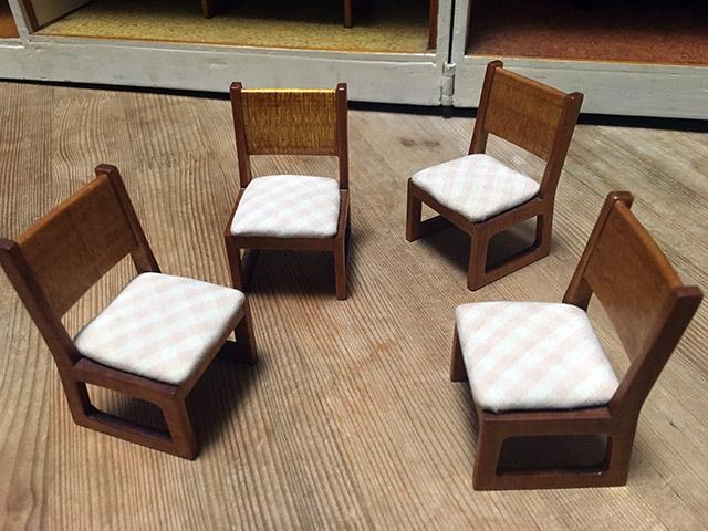 椅子も座面にクッションが貼ってあるのはもちろん、