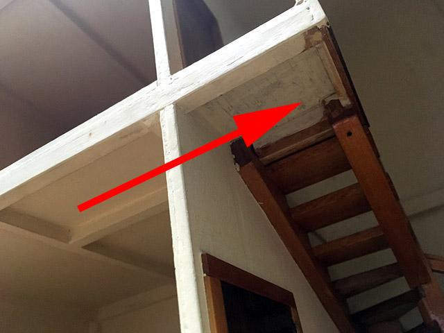 梁が壁を貫通して階段の最上部を支えている