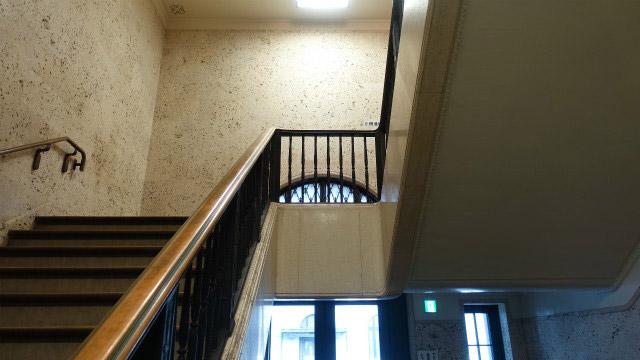 ふつうの階段だが