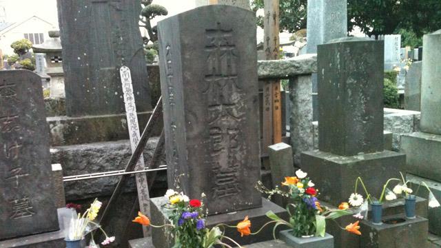 東京の墓。たしかに黒っぽい(写真の墓石は小松石ではないかもしれません)