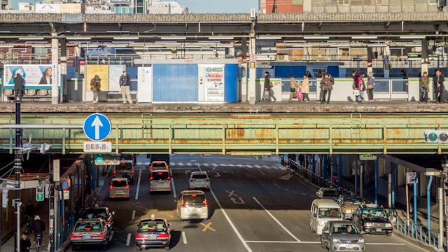 下を通る道路と上に架かる駅とがねじれの関係で交差する風景の良さ。「五反田駅もだよね!」とドキドキしながら読んでいったら最後に出てきました。わーい。