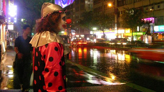 土砂降りのなか、ピエロは逃げるように移動