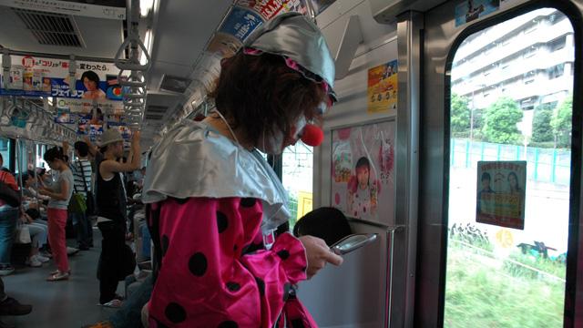 電車のなかで携帯を見る