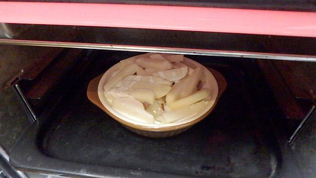 牛乳と生クリームは皿のギリギリまで入れると焼いている最中に溢れるので、縁より低く入れましょう。