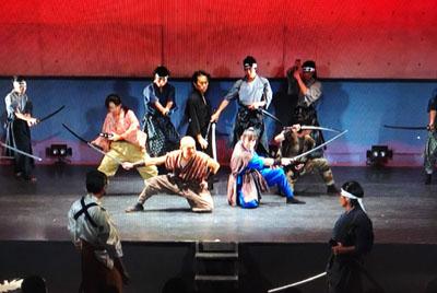 自主公演で主役を務めた斎藤さん(中央の黒い服)も、子どもには弱い