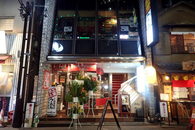 ラーメン屋の上にある『サファリ』という店にしました。薄暗くてちょっとおっかないね。