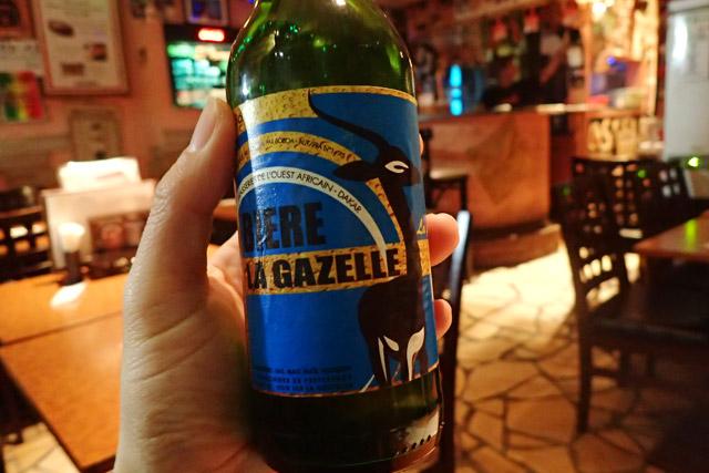 セネガルのガゼルビールをいただいた。日本でいうキリンビールみたいなもんだろうか。軽くて飲みやすく、乾いた大地に合いそうだ。