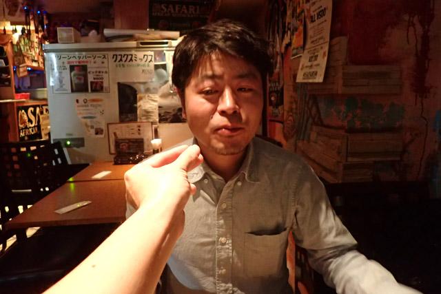 親しい間柄では、インジェラを手で食べさせる習慣がある。このように嫌な顔をしてはいけない。