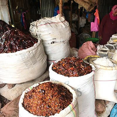 マーケットで売られている唐辛子などのスパイス類。