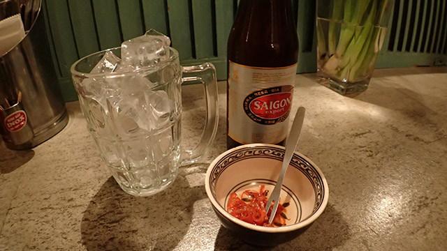 普段は調味料として使っているのでこうやって食べる人はいないそうです。タイビールがなかったのでベトナムビールで。