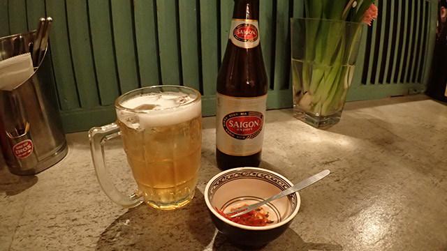 ビールに氷を入れるだけで暑い国のビールの味になるから不思議。