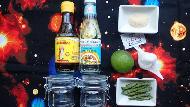 こまかく刻んでライムとニンニク、砂糖と一緒にナンプラーで漬けこみます。それぞれの量は適当でよし。