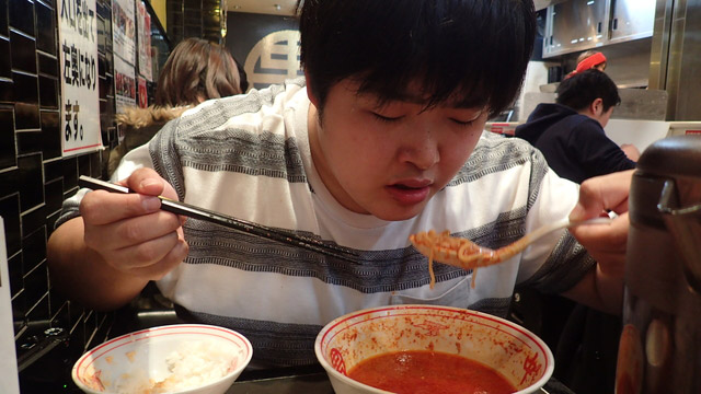 辛さに耐えながら食べ進む。