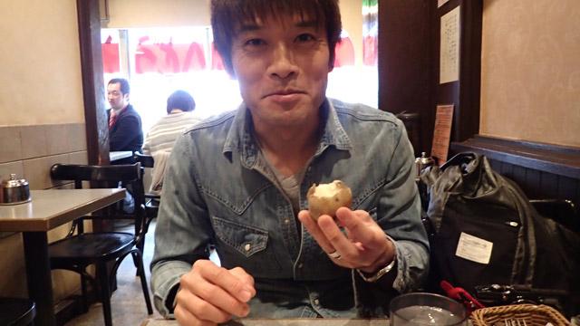 むかないで食べる安藤さんを見て「やっぱむかないんだ」と思ったけど、このじゃがいもに関しては、わたしもむかないで大丈夫だった
