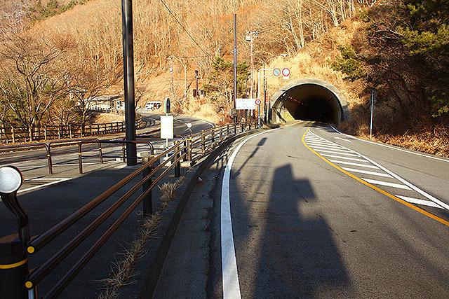 バス停の横にある、長さ558mの中之倉トンネル。