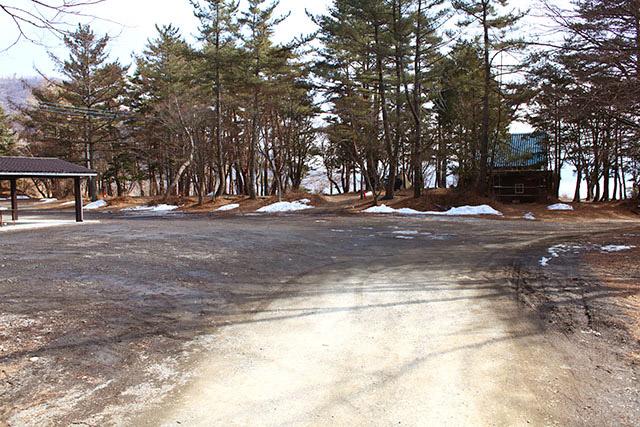 広い駐車場。キャンプシーズンは車で混み合うのだろうけど、今はシーズンオフでガラガラ。