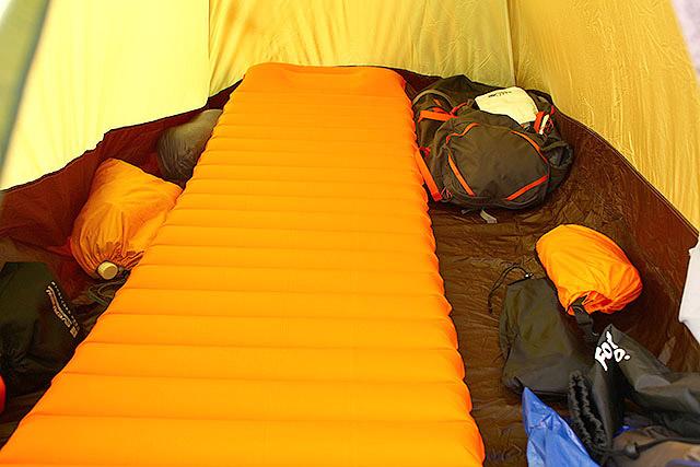 テント内。Amazonで買った安いエアマットを持ってきた。2~3人用のテントに1人なので広々です。整理整頓に気を遣わなくてもいいので楽。