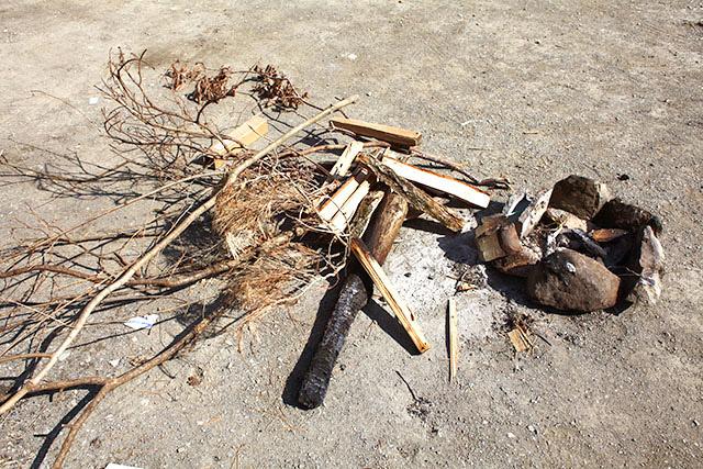キャンパーが捨てていった薪などをゲット。けっこう落ちてます。