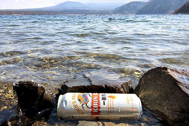 焚き火の準備をしている間に本栖湖でビールを冷やしました。流れていかないように石で囲いを作りましょう。