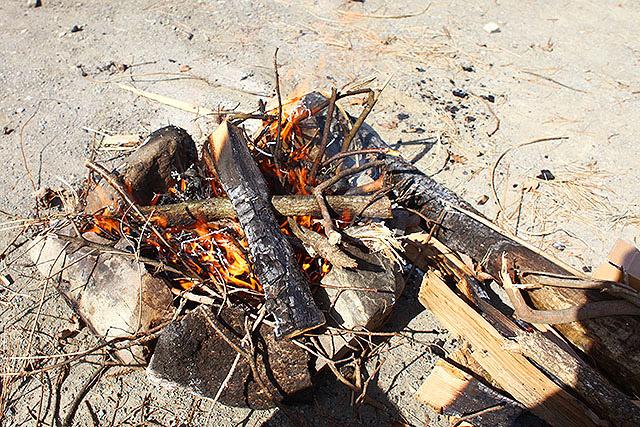 ガンガン燃えます。さすが冬の乾いた薪。最高かよ。