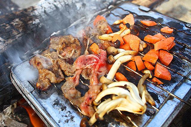 思うに、肉を焼くときは煙が大事なのです。