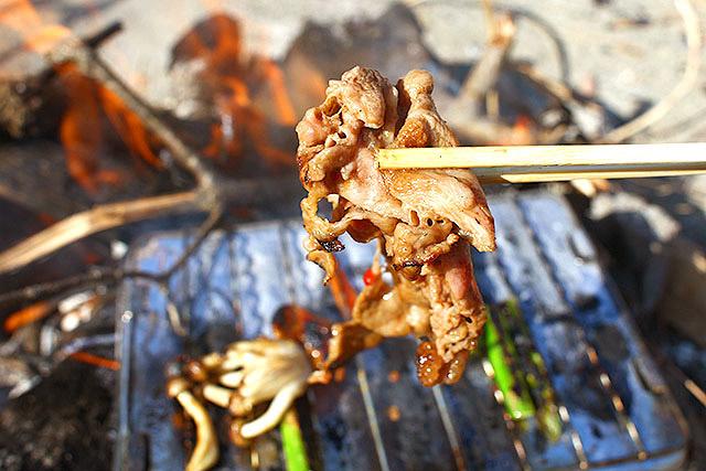 たまらんでしょう。みんなも焚き火で肉を焼きましょう。