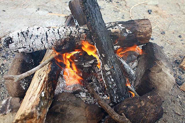 結構燃えましたね。なお、焚き火はテントから距離を取って行いましょう。近すぎると火の粉で穴が開きます。