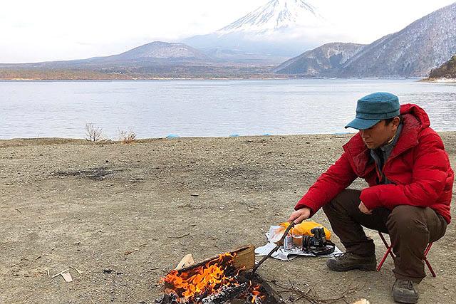 静かな湖畔で満腹、たき火。あたたかい火と、ゆるやかなひと時。