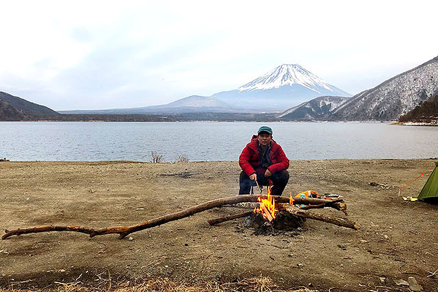 木の途中を焼けばそこで折れるというたき火の知恵。