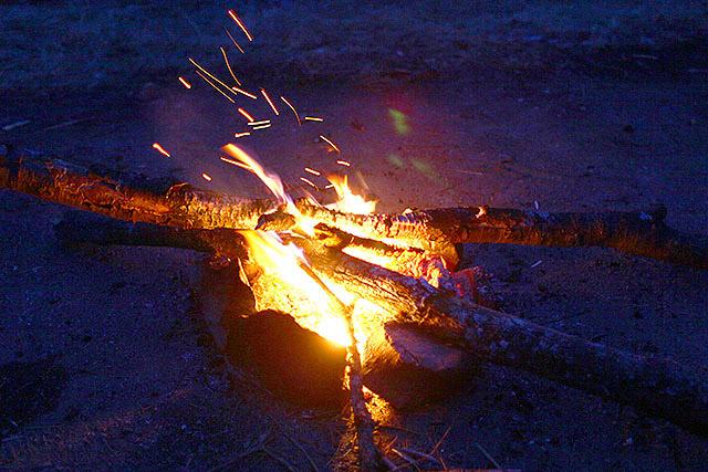 日が暮れてきましたがたき火は続きます。