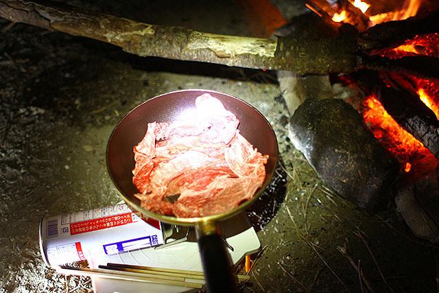 フライパンを使うのでたき火ではなくガスを使います。焚き火でやると裏が真っ黒になるので。