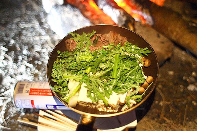 肉、シメジ、春菊、豆腐、ネギ、人参。